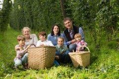 Lehner Erlebnisbauernhof Familie knieend